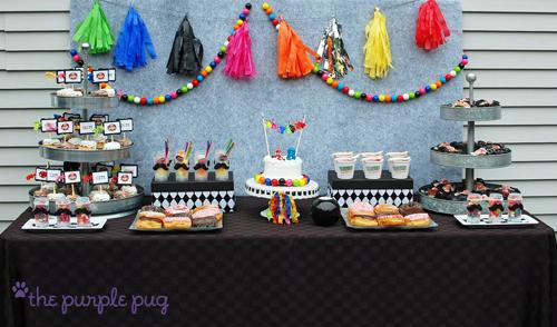 mesas de dulces con mantel negro